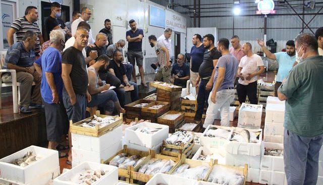 Denizde av sezonu açıldı! Antalya'da ilk balıklar kapış kapış satıldı