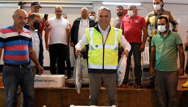 Sezonun ilk balık mezatı yapıldı! Bir kasa barbun bin TL'ye satıldı...