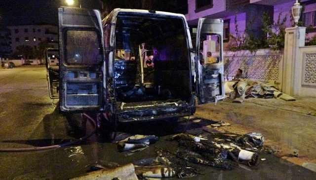 Antalya'da halı yıkama firmasına ait minibüste yangın! İçindeki halılar alev alev yandı