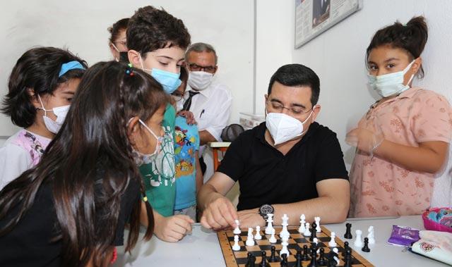 Başkan Tütüncü, gençlere seslendi: Satranç oynayın, kitap okuyun