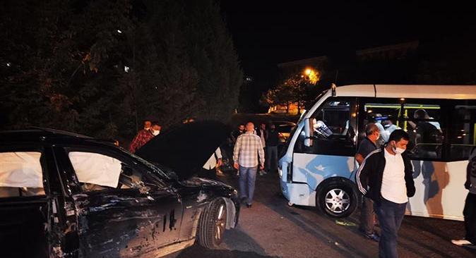 Karabük'te yolcu minibüsü otomobille çapıştı
