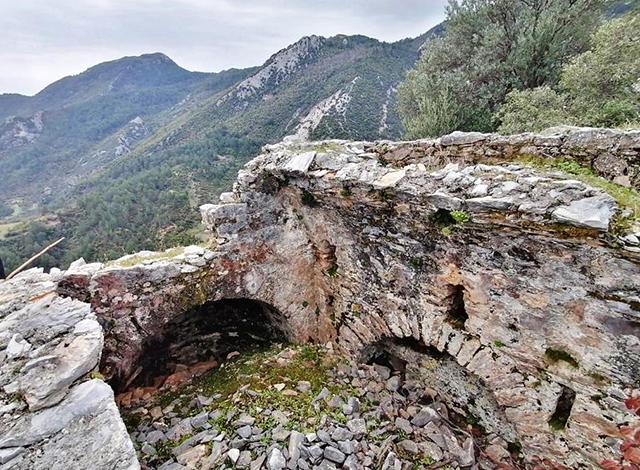 Mermer ocağı izni verilen ormanda kaya mezarları ve kilise bulundu