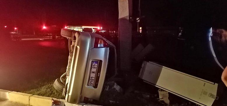 Antalya'da takla atan otomobil, aydınlatma direğine çarptı