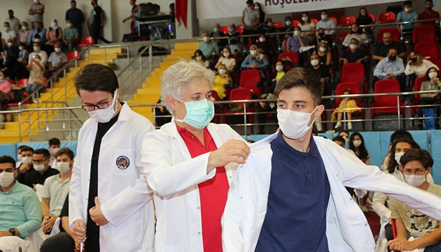 Tıp Fakültesi'nin 360 öğrencisi beyaz önlüklerini törenle giydi