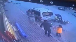 Park halindeki araca çarptı! Motosiklet sürücüsü ölümden döndü