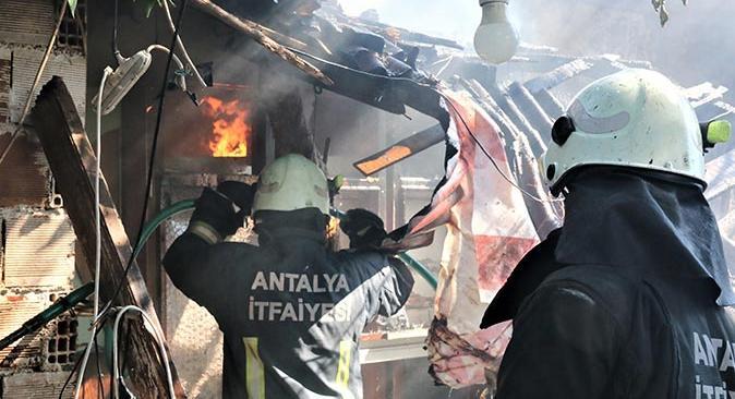 Antalya'daki yangında ev küle döndü