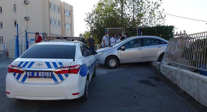 Antalya'da otomobil öğrencilere çarptı