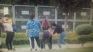 Kız öğrenciler parkta yumruk yumruğu kavga etti