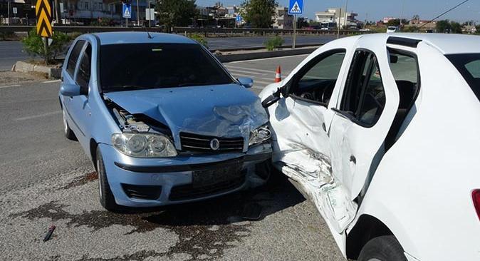 Antalya'da 2 otomobil çarpıştı! Yaralı var