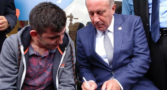 Muharrem İnce Antalya'da kaldırımda oturup öğrenciye fizik dersi verdi