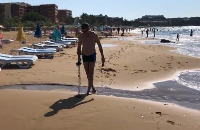 Rus turist elinde dedektörle sahile koştu