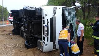 Antalya'da kaygan yol kazaya neden oldu! Tur midibüsü devrildi