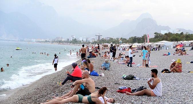 Antalyalılar Konyaaltı Sahili'ne akın etti
