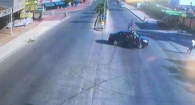 Antalya'daki feci kazada genç otomobilin üzerinden uçtu