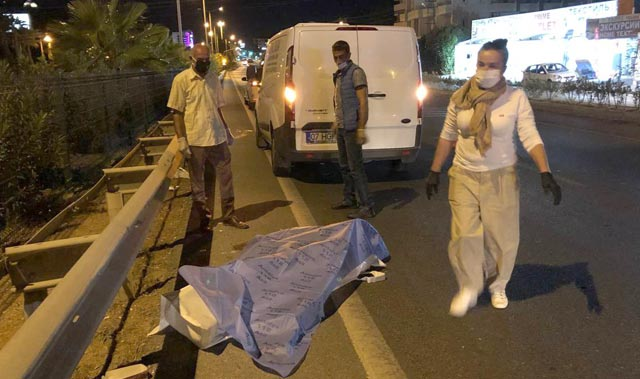 Yaya geçidinde korkunç kaza! Turistlere otomobil çarptı