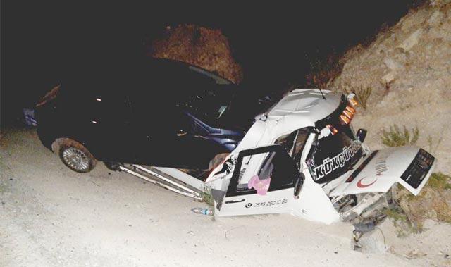Antalya'da otomobil yüklü çekici şarampole yuvarlandı