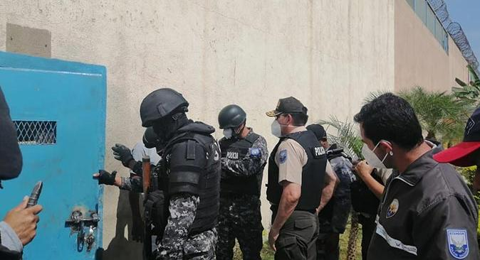 Ekvador'da mahkumlar polise ateş açtı