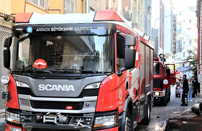Antalya'daki metruk sinema binasında yangın çıktı