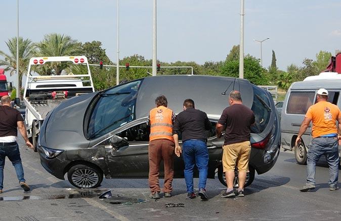 Antalya'da tıra çarpan otomobil yan yattı